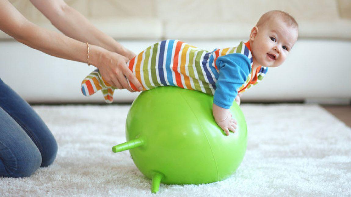 С малышом на фитболе!