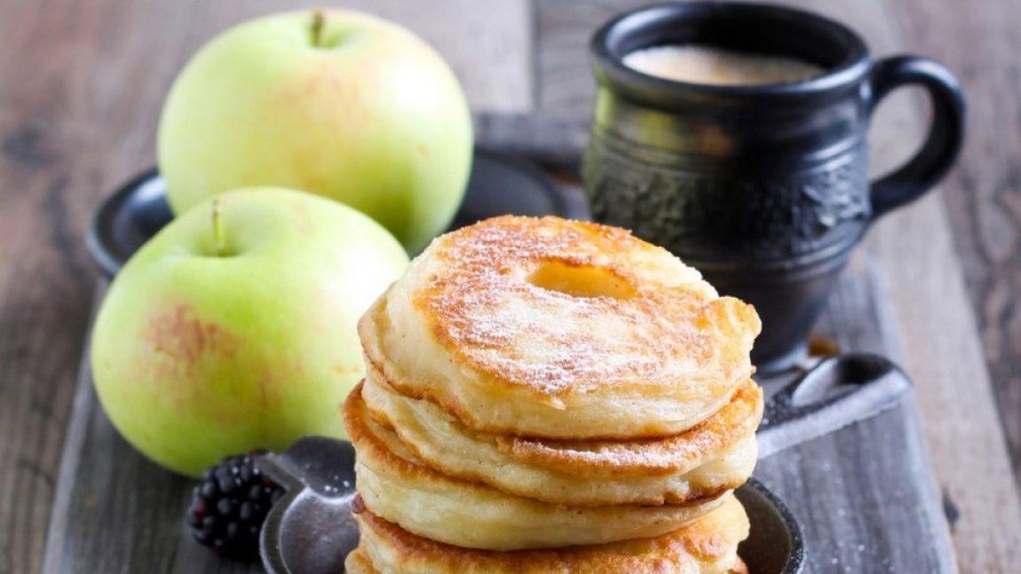 Готовим яблочные оладушки