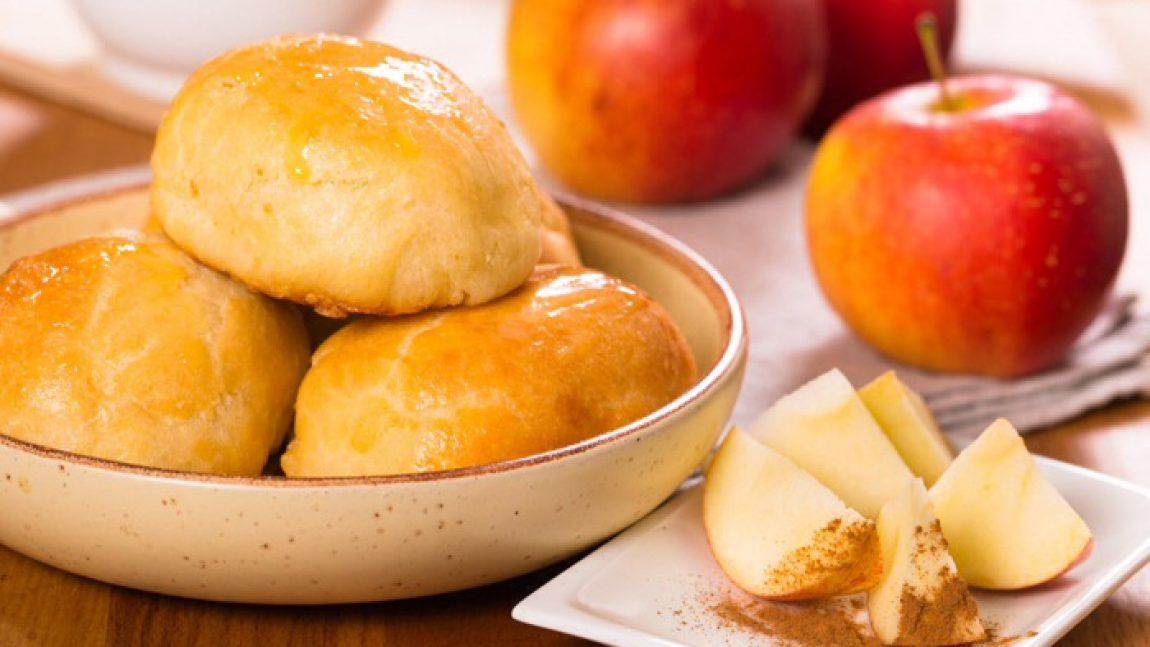 Пирожки из дрожжевого теста с яблоками