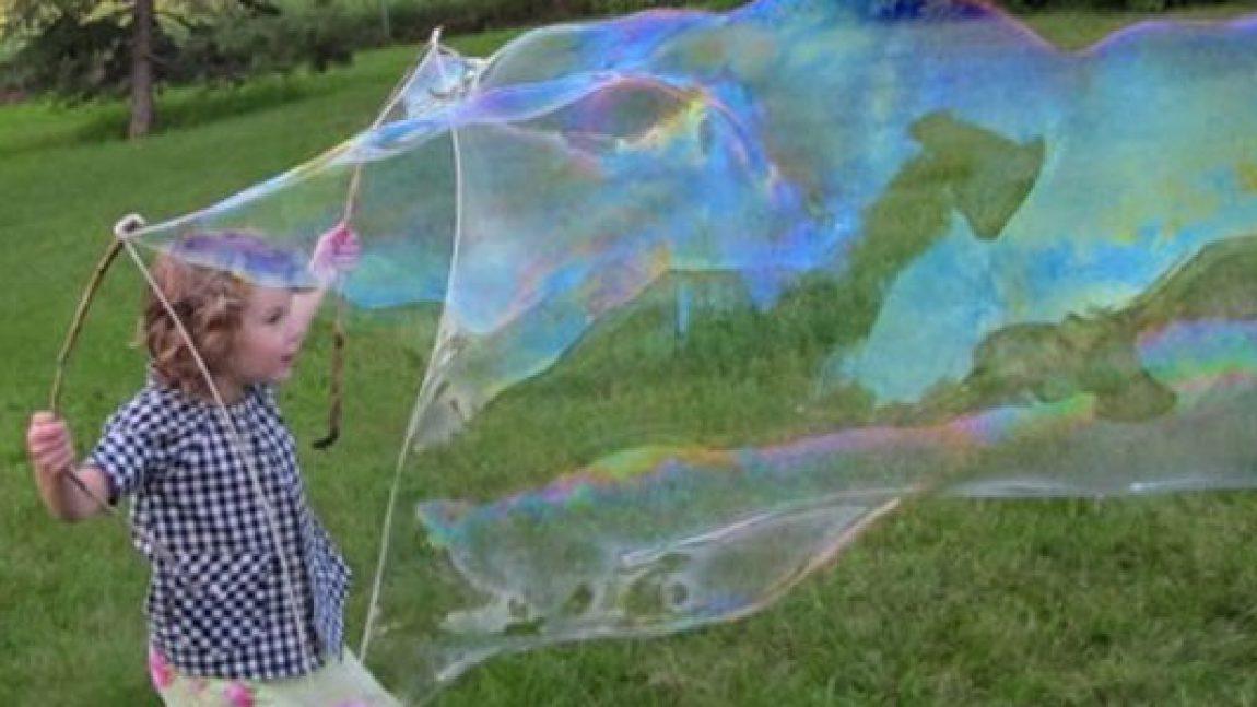 Учим детей надувать большие мыльные пузыри