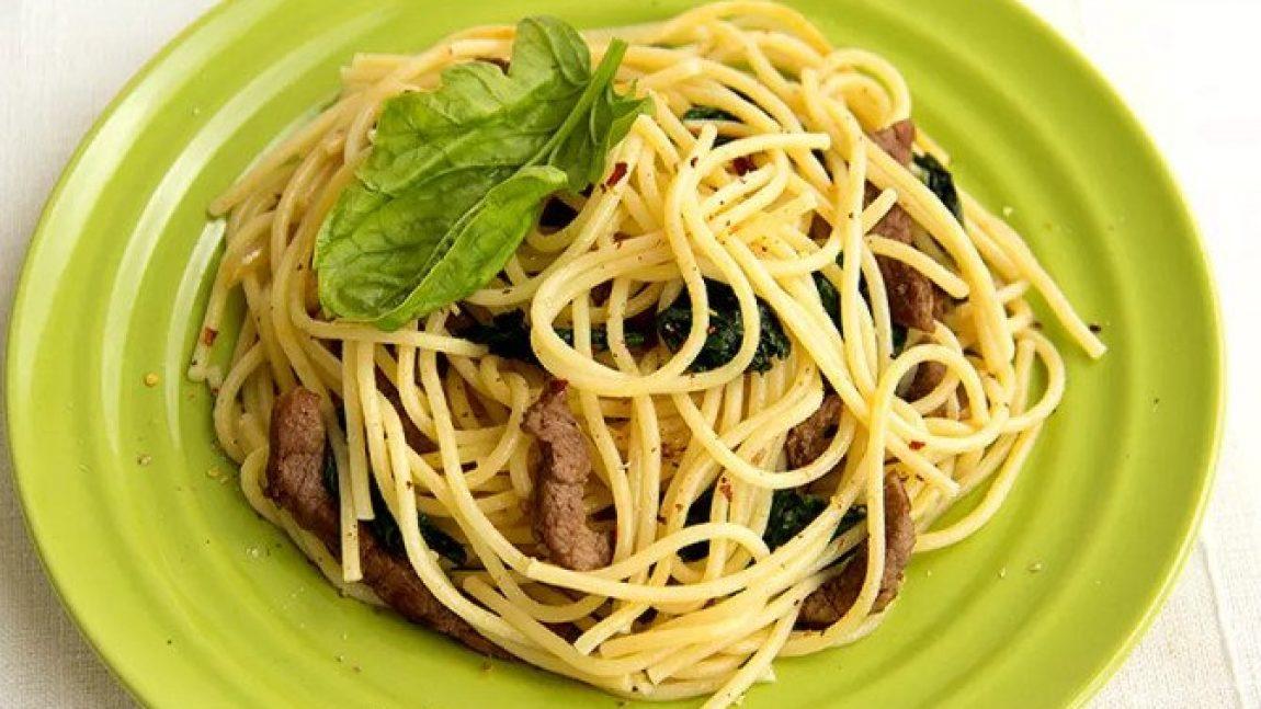 Спагетти с говядиной и шпинатом