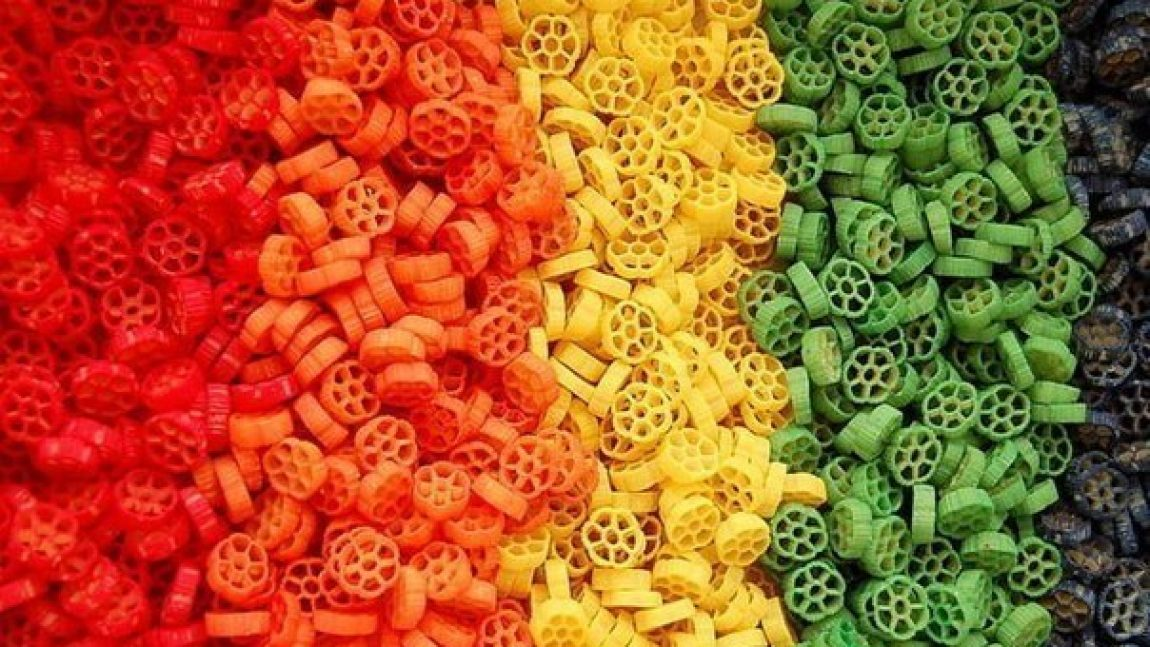 Поделки из цветных макарон