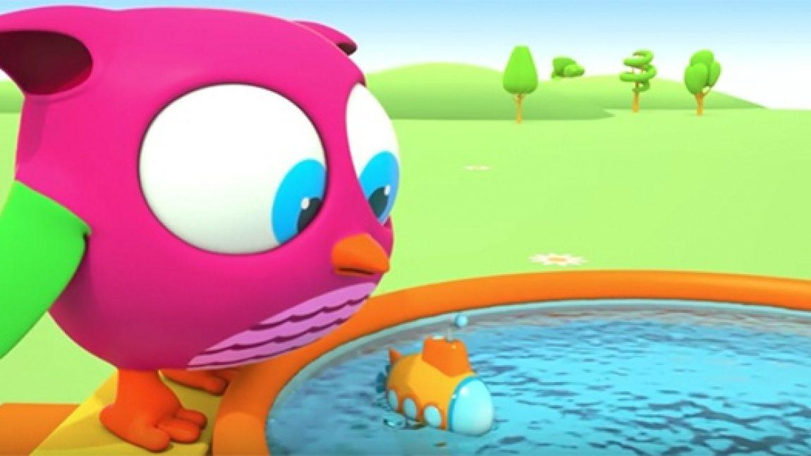 Совёнок Хоп-Хоп играет с водой